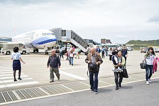 台北から中華航空便で到着した観光客=2日午後、南ぬ島石垣空港