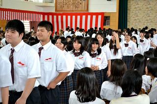 八重山商工高校の入学式で、在校生や保護者たちから歓迎を受けた新入生たち=7日午後、同校体育館