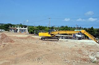 解体工事がほぼ終わっている西表糖業の旧製糖工場跡地=12日午後