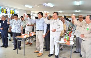 操業終了式で乾杯する石垣島製糖の関係者ら=16日午後、同社会議室