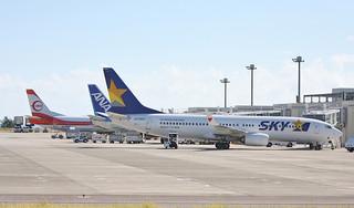 石垣—那覇で運航するスカイマーク社の機材(手前)=2013年7月10日から南ぬ島石垣空港=。今年2月までの搭乗率が42.14%と苦戦している。