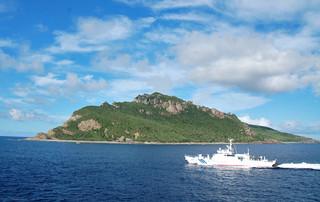 尖閣諸島周辺海域の警備に当たる海上保安庁の巡視船=2012年9月2日。海保は2015年度までに尖閣専従の警備体制を構築する