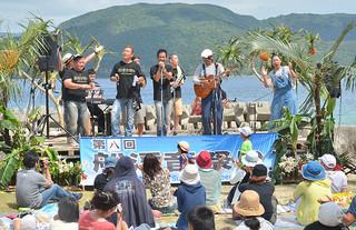 雄大な大自然の中で開かれた第8回船浮音祭り。今年は600人が詰め掛けた=19日午後、かまどま広場