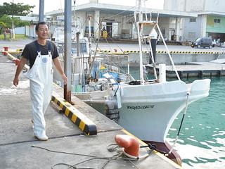 石垣島北方で漁を終えて帰港した第一海幸丸と田中博幸船長=20日午前、八重山漁協港内