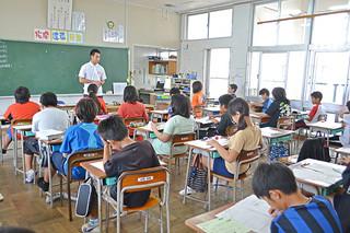 全国学力テストに臨む新川小学校の6年生たち=22日午前、同校