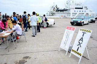 クルーズ船の寄港時に市は台湾語で白タクの乗車に注意を促す看板を設置