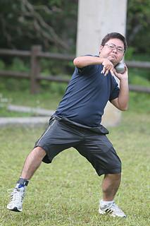 障がい者の「チャレンジ陸上大会2014」の男子F37区分の砲丸投げで優勝、円盤投げで準優勝した冨名腰尚志。写真はバンナ公園で練習する冨名腰(2013年12月7日午後)