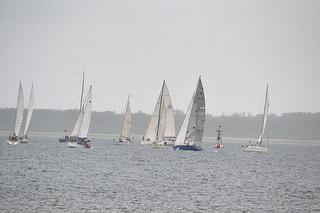 基隆港向けスタートした各チームのヨット=25日午前10時20分ごろ、石垣島と竹富島間の海域