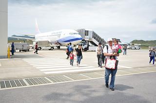 台湾から空路、石垣島を訪れる観光客ら=4月2日、南ぬ島石垣空港=八重山ビジターズビューローは民宿での受け入れを強化していく