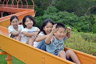 遊具で楽しそうに遊ぶ子どもたち=26日午後、バンナ公園Eゾーン子供広場