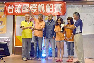 台琉友好親善国際ヨットレースの石垣基隆間レースで2位となった「やいま号」のメンバーら=26日夜、台湾・基隆市内
