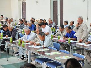 サトウキビの増産に向けて意見交換する原料委員ら=28日午前、大浜公民館