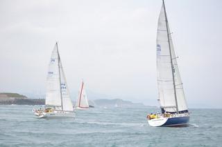 台琉友好親善国際ヨットレースの基隆島一周レースに挑む各チームのヨット=27日、台湾・基隆沖