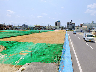 8割の進捗率となっている新栄町船揚場の埋め立て工事(左側)=29日=護岸左側に道路整備が検討されている。