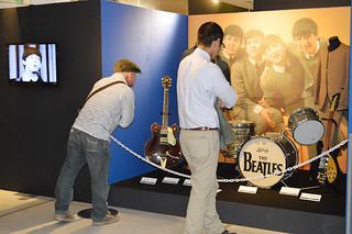 初日から多くのファンが訪れたザ・ビートルズ展=4月29日、デパートリウボウ