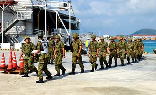 陸海空3自衛隊の統合演習のため、石垣島に上陸する隊員ら=2013年11月6日、新港地区=今年の憲法記念日は、集団的自衛権の問題がクローズアップされている
