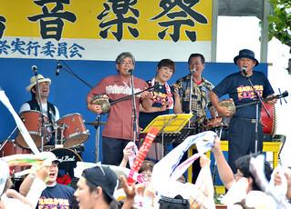 盛大な盛り上がりをみせた第17回鳩間島音楽祭=3日午後、鳩間島コミュニティーセンター前広場