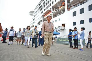 八重山観光を楽しもうと下船するサン・プリンセス号の乗客=3日午前、石垣港