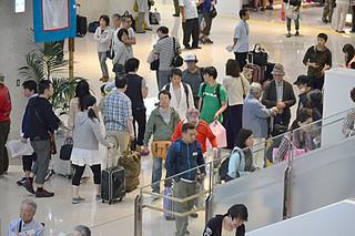 大型連休が終わり、Uターン客で混雑する南ぬ島石垣空港=6日午後、同空港ロビー
