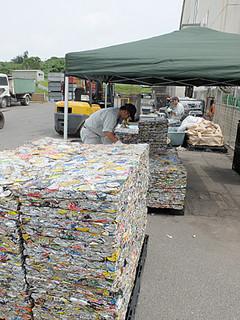 飲料缶以外の缶類の資源化が始まり、搬入量が増えている缶類=2日午後、石垣市一般廃棄物最終処分場