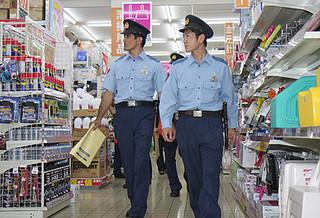 万引抑止月間の初日にメイクマン石垣店をパトロールする八重山警察署員ら=9日午後、同店