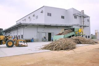 黒糖を製造する郡内4製糖工場の施設整備は小浜製糖工場を皮切りに始まった=資料・2012年3月28日