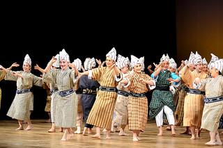 「母の日特別公演」のフィナーレでモーヤーをする出演者たち=写真はいずれも11日午後、市民会館大ホール