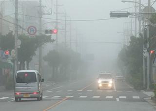 濃霧で一時視界不良となった石垣市内=11日午前8時半ごろ、市役所通り泉スーパー前交差点
