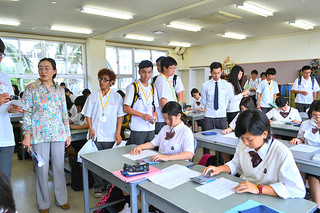 八商工の生徒たちと交流で、電卓計算の授業を見学する花蓮高級工業職業高校の生徒たち=12日午前、八商工
