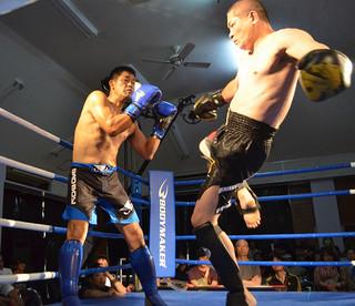 特別マッチMr神風(右)と富士豊選手との特別マッチ。豪快な格闘技は会場を沸かせた=11日午後、大川公民館