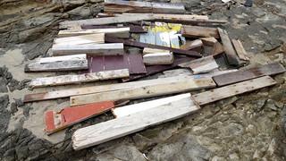 震災がれきとみられる漂着木材=5月8日、平久保灯台寄りの平野海岸(山口晴幸氏提供)