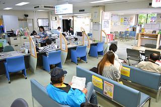 仕事を求めて八重山公共職業安定所を訪れる人たち(資料写真)
