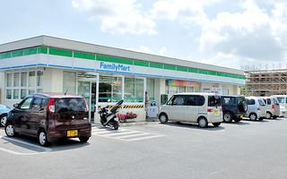 10月までに複数店を市内にオープンさせるファミリーマート=2013年10月2日、宮古島市