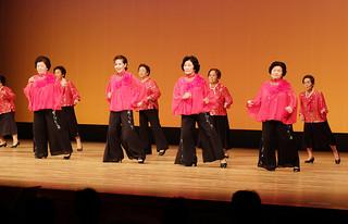 いきいきと楽しそうに踊る社交ダンスクラブの会員ら=昨年の趣味のクラブ活動発表会