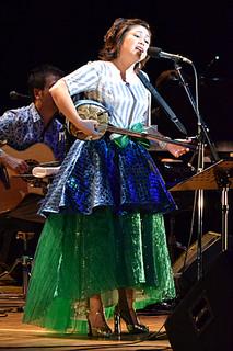 透き通る歌声で観衆を魅了した夏川りみさん=17日夜、市民会館大ホール