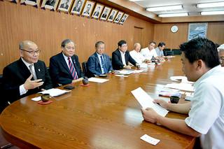 大会初開催の決定を中山市長に報告する下山国内事業本部長(左)と関係者ら=19日午後、市役所庁議室
