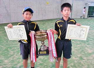第21回宮城勉小学生ソフトテニス大会男子経験者部門を制した髙嶺史弥・吉川洋一朗(左)ペア(写真はいずれも石垣ボレーズ提供)
