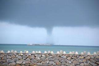 竹富島東海上に発生した竜巻=23日正午すぎ、(沖縄タイムス八重山支局提供)