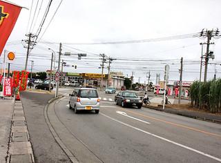 八重山署が重点取締り交差点に設定している真栄里北交差点=23日午後