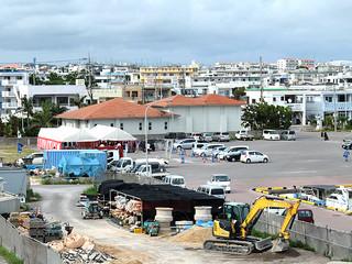 八島町汚水中継ポンプ場の建設地(左奥のテント側)。同ポンプ場が登野城、八島など4地区をカバーする=26日午後
