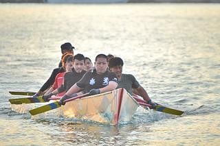 ハーリー本番に向けて練習に励む参加者ら=27日夕、石垣漁港