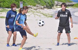 昨年6月、初めて石垣島合宿を行った永里亜紗乃、大儀見優季、熊谷紗希(左から)=2013年6月11日、マエサトビーチ