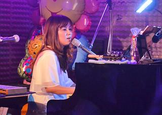 透明感のある歌声で聴衆を魅了した成底ゆう子=5月31日夜、美崎町のシティジャック