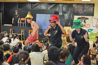 八重山高校演劇部の子ども向け公演「ぽんぽこ☆カーニバル」で、劇「王様の新しい服」を披露する部員ら=5月31日午後、市子どもセンター