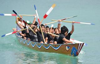 中学校対抗ハーリーで優勝を決め、喜ぶ「石中わたなべ組」のメンバーたち=1日午前、石垣漁港