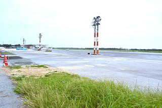新県立八重山病院の建設が予定されている旧空港の飛行機駐機場=5日午後。アクセス道整備は旧空港周辺から進められる