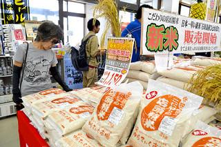 6日から販売がスタートした日本一早い新米「石垣島産ひとめぼれ」=6日午前、ゆらてぃく市場