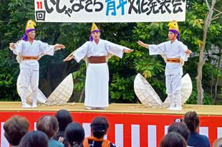 「ハイカジぬ手」を取り入れた「鷲ぬ鳥節」を踊るいしゃなぎら青年会のメンバーら=7日午後、宮鳥御嶽