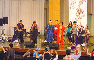 西表出身の山下正雄さんが主催する音楽祭。来場者全員で盛り上がったカチャーシー=8日、東京都上野恩賜公園野外ステージ