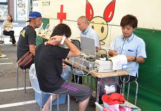 タッチパネルなどを導入し、採血までの流れを円滑にする取り組みが行われている本年度の第1回八重山地区移動献血=11日午前、マックスバリュやいま店